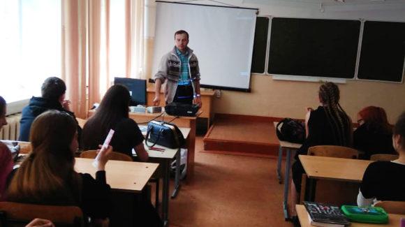 Активисты ОО «Общее дело» организовали показ фильма «Наркотики. Секреты манипуляции» для школьников из города Новосибирска