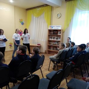 Волонтёры-школьники из Краснокамска проводят профилактические занятия на летних школьных площадках.