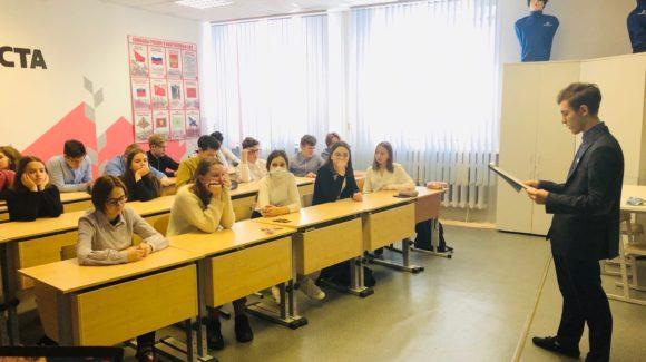 Волонтёр команды «Щедрые души» Баев Артём провёл занятие в 8в классе на тему «Грязные слова»