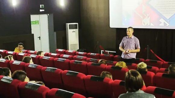 Кинолекторий для студентов Краснодарского краевого колледжа культуры в кинотеатре Ударник станицы Северской